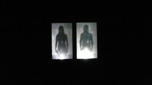 1d9357db63df7 커텐이 쳐져있는 영상실로 들어가는 입구 입니다. 이런식의 다양한 영상실이 커튼 사이 사이를 두고 설치되어 있습니다. 어떤 작품은 반복  되는 사진 컬렉션에서 15분 ...